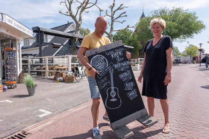 Leon en Liane Hillebrand bij hun gitaaratelier en giftshop Haef in Vrouwenpolder.