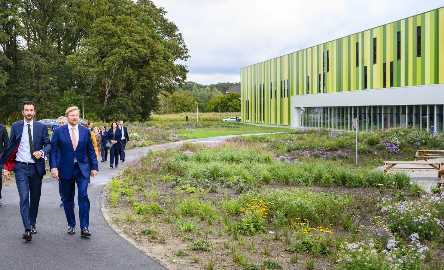 Koning Willem-Alexander tijdens een rondleiding op de Brainport Industries Campus (BIC) door directeur Ferdinand Gremmen