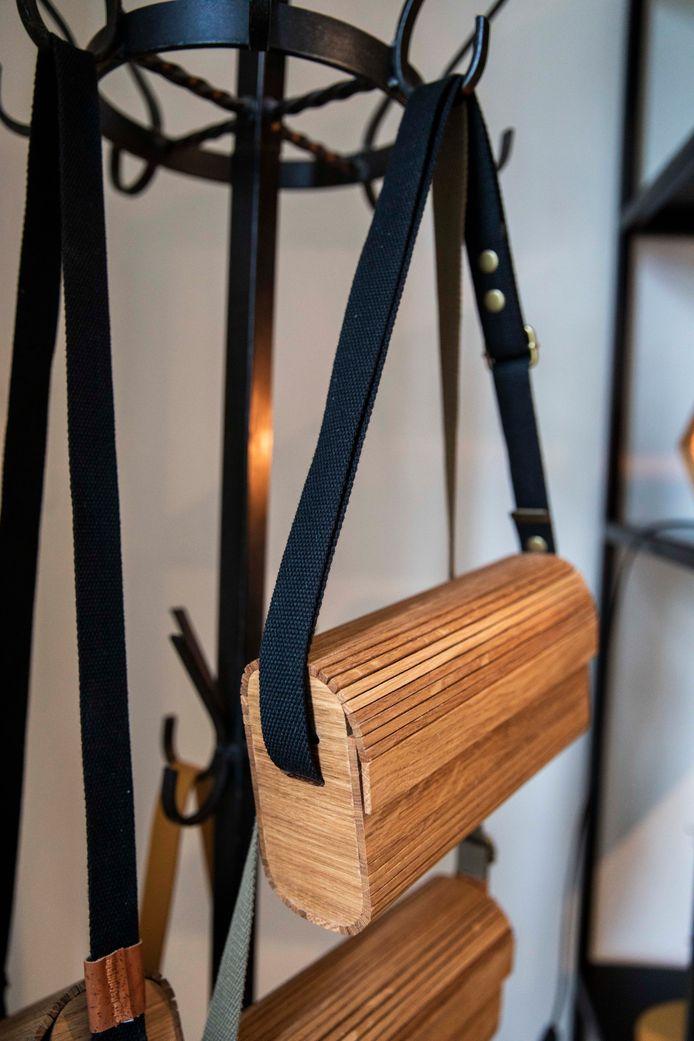 De houten handtassen van Katrien