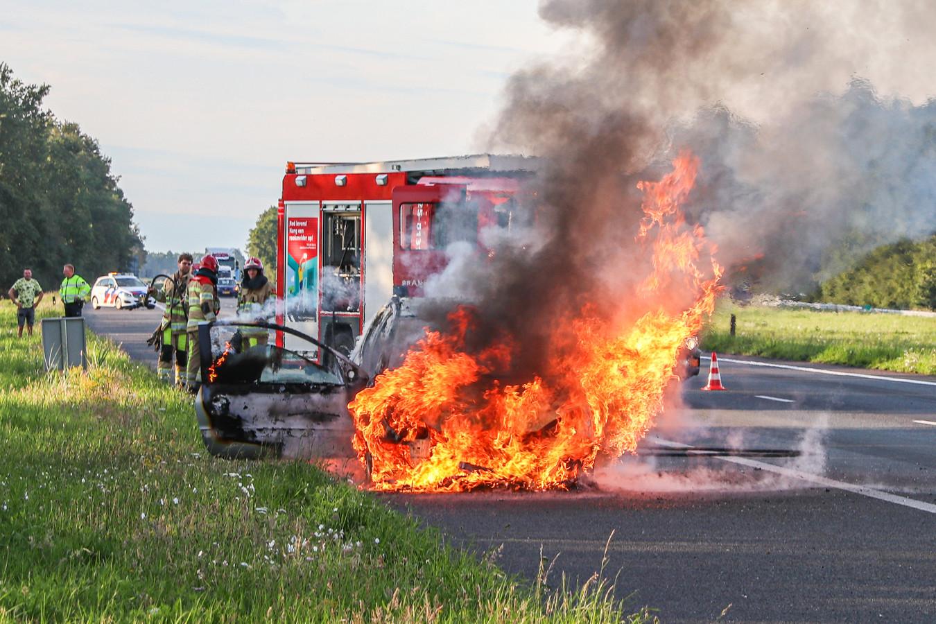 Geen redden meer aan. De brandweer kon niets anders doen dan blussen tot er een wrak overbleef.