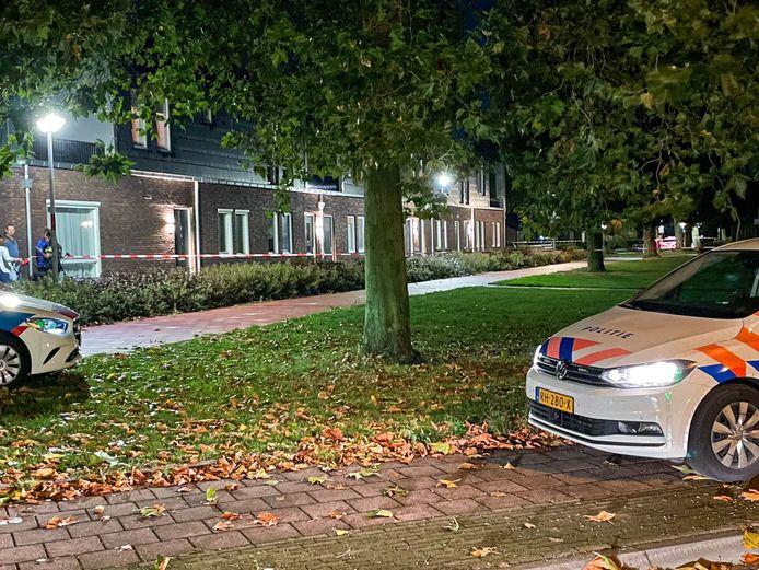 Een straat in Deurne is afgezet met linten vanwege een beroving met een wapen.