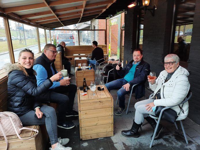 Bjorn Depoortere (40), Birgit Pannecoucke (28), Lieve Vandekerckhove (60) en Gerrit Coucke (60) genoten van een eerste glaasje op het overdekt terras van Fools Garden.