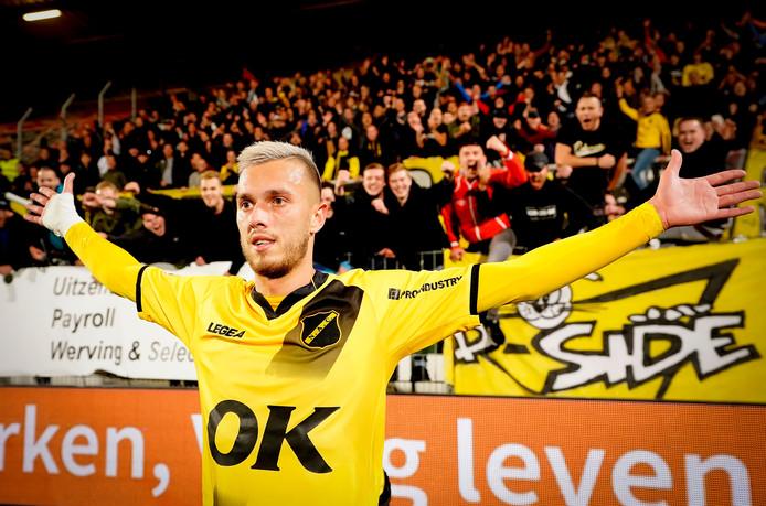 Andrija Filipovic laat zich bejubelen door de NAC-fans.