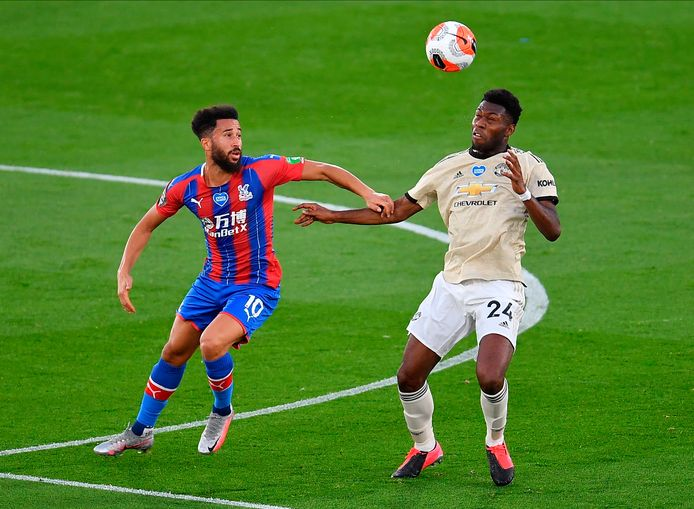 Timothy Fosu-Mensah in duel met Andros Townsend van Crystal Palace op 16 juli 2020. Fosu-Mensah maakte in die wedstrijd na ruim drie jaar weer minuten voor United.