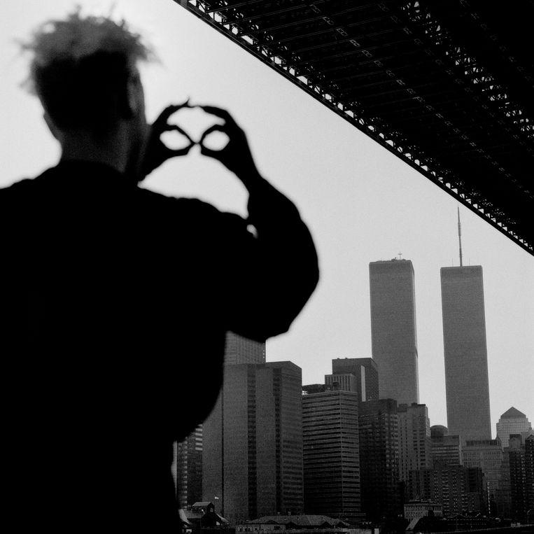 Depeche Mode-gitarist Martin Gore voor de skyline van New York, toen nog met WTC-torens.  Beeld rv courtesy Zeno X Gallery, Antwerp