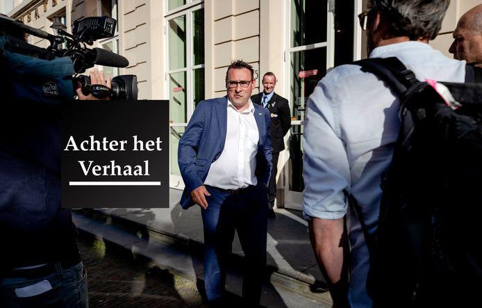 Richard de Mos (Groep de Mos/Hart voor Den Haag) komt aan bij Theater Diligentia voor een raadsvergadering, waarin de naam van de aanbevolen nieuwe burgemeester bekend wordt gemaakt.