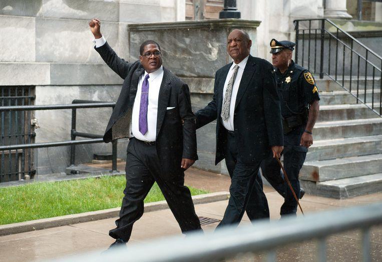 Andrew Wyatt, woordvoerder van Cosby, balt de vuist als hij zaterdag het gerechtsgebouw uitkomt met de acteur.  Beeld EPA