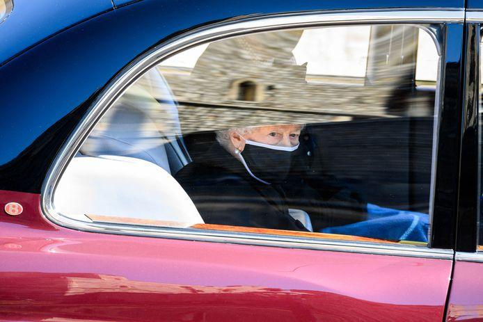 La reine Elizabeth II a suivi le cortège funèbre à bord d'une Bentley.