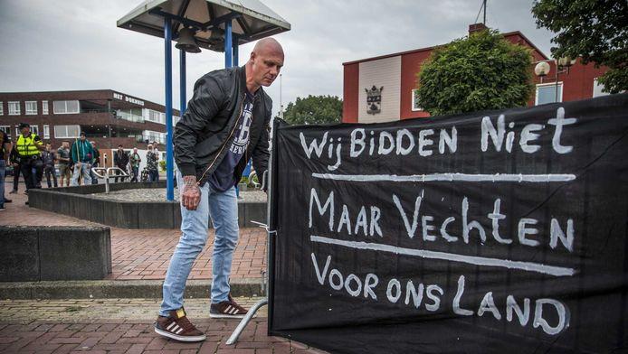 Een van de mensen in Oude Pekela die tegen het plaatselijke asielzoekerscentrum demonstreert.