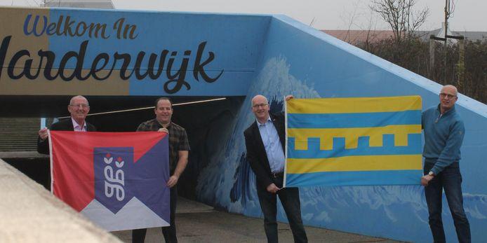 Gemeentebelang en Wij Harderwijk-Hierden gaan samen op naar de verkiezingen in 2022. Vlnr Gerrit Kevelam, Mark de Lange, Bert Holleman en Ben van den Brink (steunfractie Gemeentebelang) met de vlaggen van Hierden en Harderwijk.
