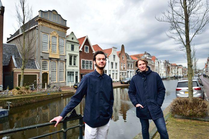 Mandeville-studenten Joshua Lie-Atjam (links ) en Tim van Eeden voor het Admiraalshuis aan de Turfmarkt in Gouda.