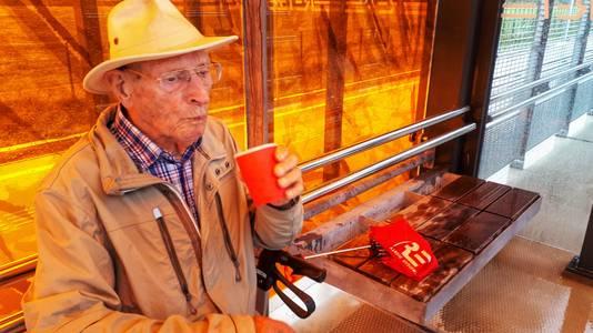 Jacob Muis (91) uit Hoek van Holland op het perron.