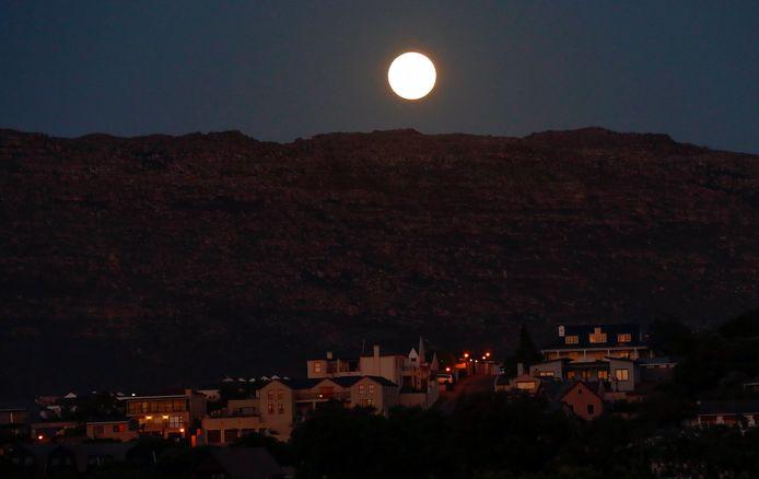 De supermaan boven de Tafelberg in Zuid-Afrika.
