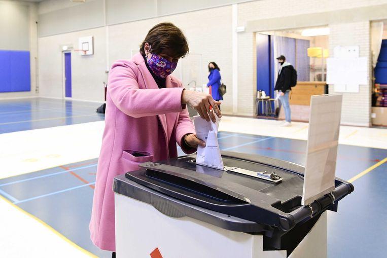 PvdA-lijsttrekker Lilianne Ploumen stemde woensdagochtend op een basisschool in haar woonplaats Amsterdam. Beeld ANP