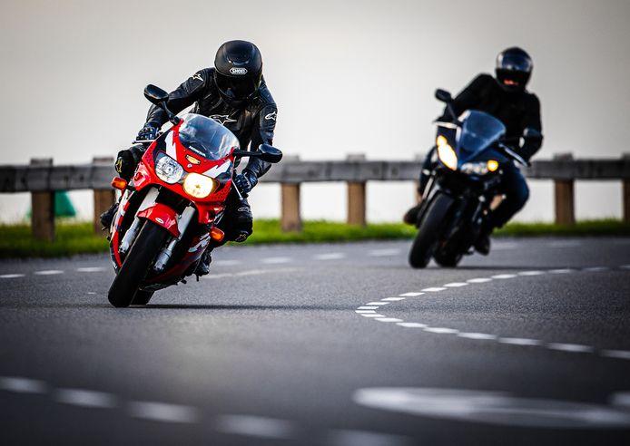 Motorrijders op de Lekdijk tussen Kinderdijk en Nieuw-Lekkerland snijden de bochten aan om hun stuurmanskunsten te testen.