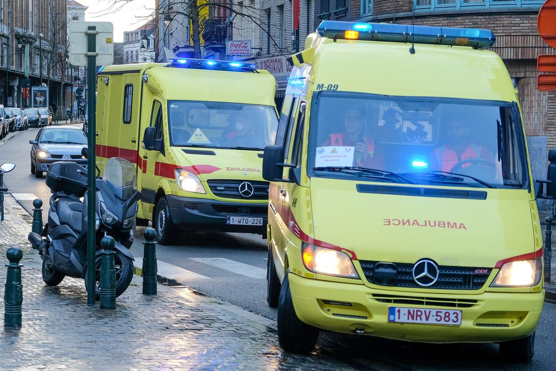 Een met corona besmette patiënt wordt per ambulance naar de spoedafdeling gebracht in Brussel.  Beeld Baert Marc