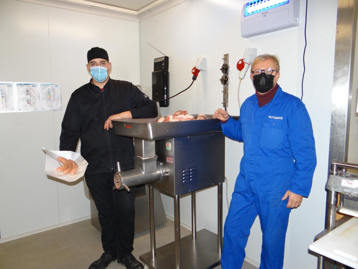 Schepen Huysman (rechts) kwam een kijkje nemen bij slager Kevin.