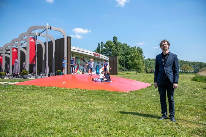 Architect John Nieuwenhuize heeft de esplanade voor de gevel van Toversluis ontworpen.