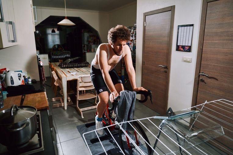 Jeroen Zuallaert op de – interactieve – fietsrollen. Beeld Thomas Sweertvaegher