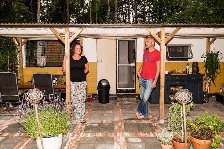 Remco Koppers en Caroline Nuijens bij de stacaravan die Remco eigenhandig verbouwde. Beeld Jan Mulders