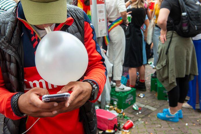 Verkoop op straat van lachgas tijdens de Pride.