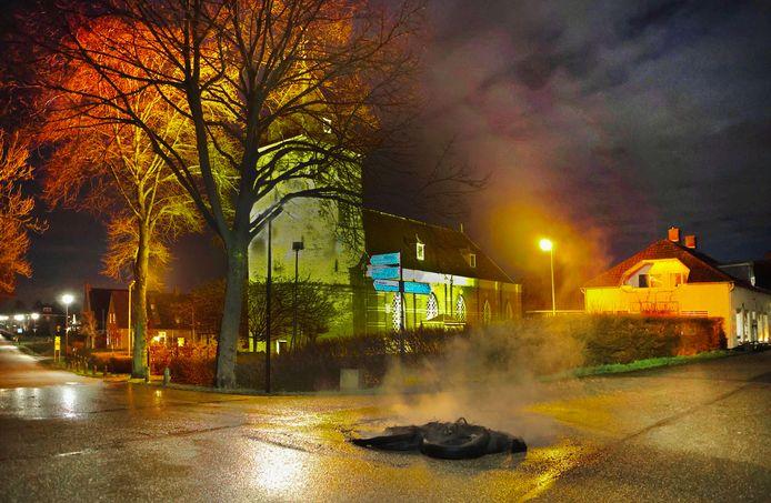De kruising bij de kerk in Poederoijen. Ook daar zijn brandjes gesticht.