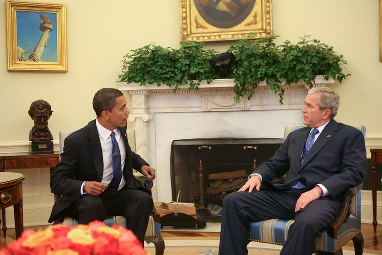 President-elect Barack Obama en president George W. Bush in het Oval Office.  Beeld Arun Chaudhary