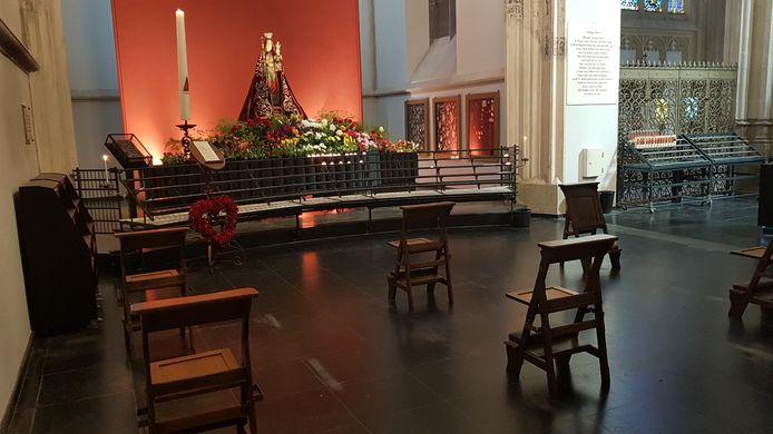 Geen bankjes maar stoelen. Het aantal stoelen in de Mariakapel werd later vanochtend van negen gereduceerd tot drie.