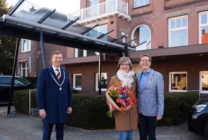 Johan Huibers (uiterst rechts) heeft van burgemeester Gert-Jan Kats zijn lintje ontvangen.