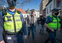 Johan de Vos, eigenaar van Boerke Verschuren, loopt tussen handhavers naar zijn zaak op de Ginnekenmarkt. Zijn terras moet weer dicht.