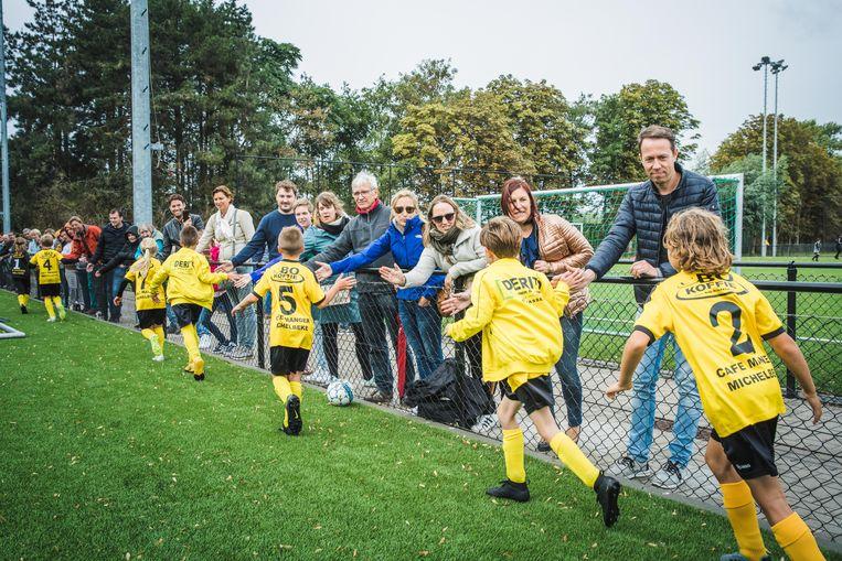 """""""Ouders van sportende kinderen moeten altijd 'positief' supporteren: voor iemand, nooit tegen"""", vinden de auteurs van het nieuwe boek 'Sportouders'."""