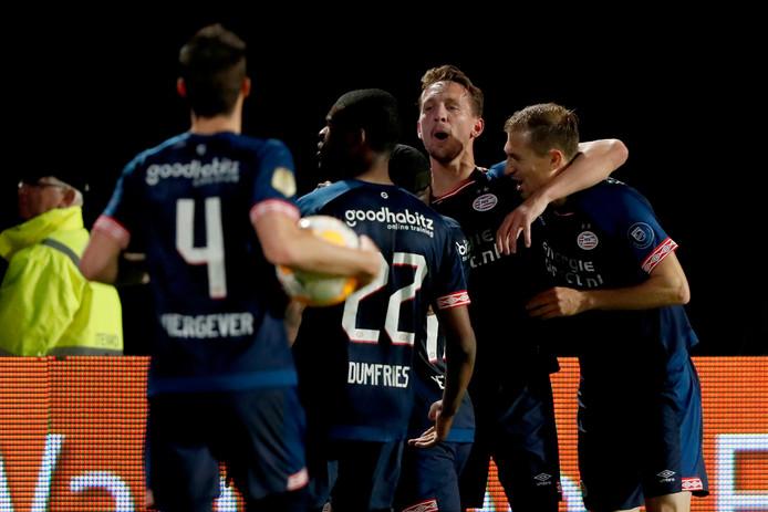 PSV scoort in de eerste helft via Malen en Sadilek.