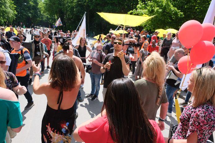 Enkele honderden mensen zijn rond 15 uur naar het Ter Kamerenbos in Brussel afgezakt.
