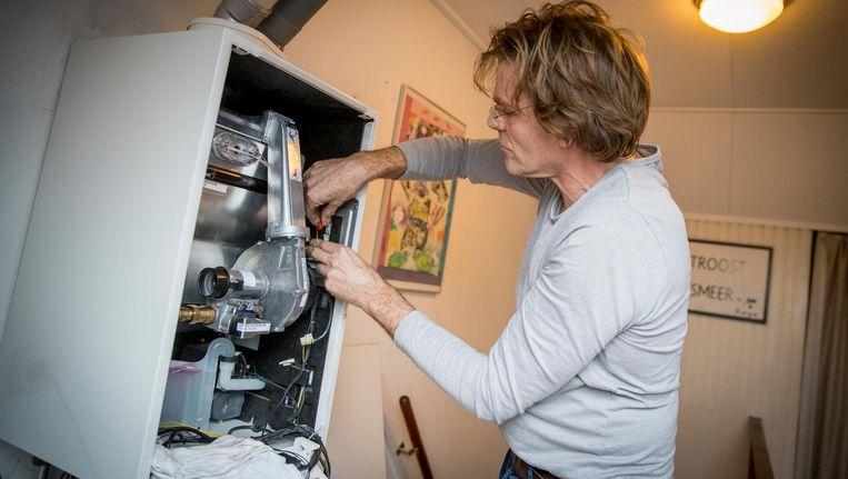Een monteur inspecteert een ketel Beeld anp