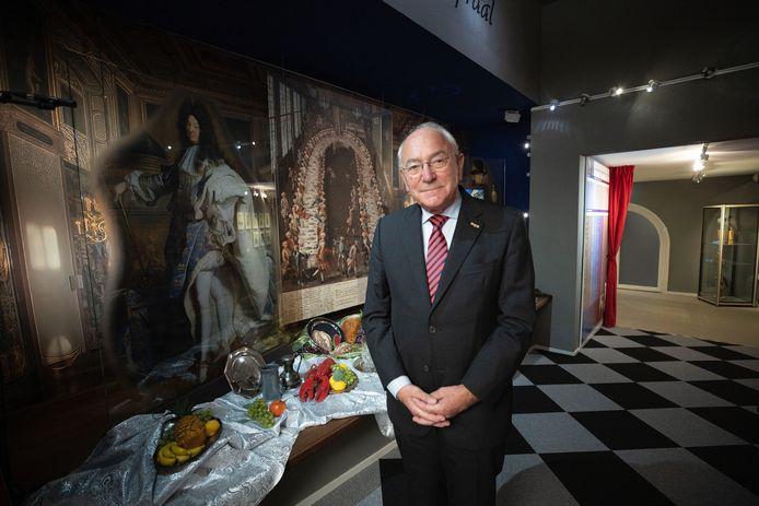 Ben Mondelaars, voorzitter van het museumbestuur, poserend bij het nieuwe museumdeel 'Pracht en Praal'.