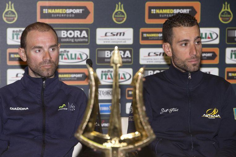 Vincenzo Nibali (r) ziet zijn kans op een derde 'tridente' in rook opgaan nu de koninginnenrit werd geannuleerd Beeld EPA