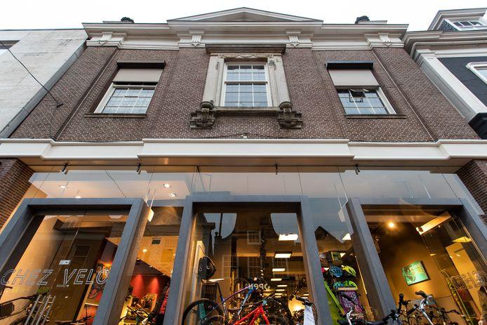 Het Hofkeshuis, waar nu onderin fietsenzaak Chez Velo zit.