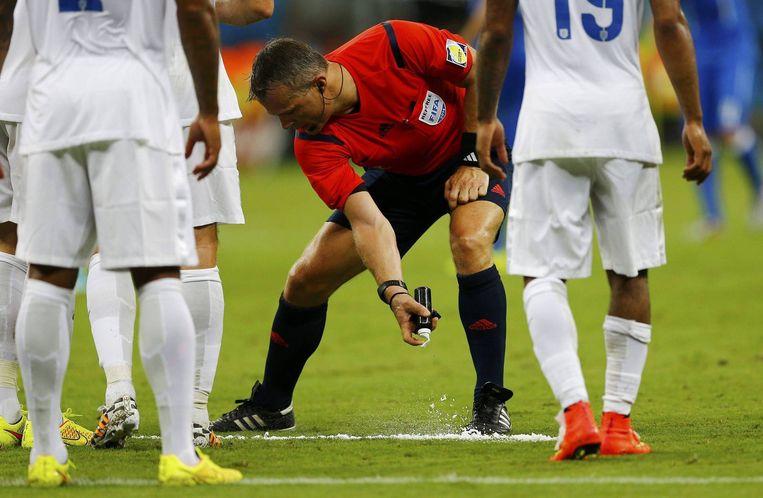 Bjorn Kuipers in actie tijdens Italië tegen Engeland. Beeld reuters
