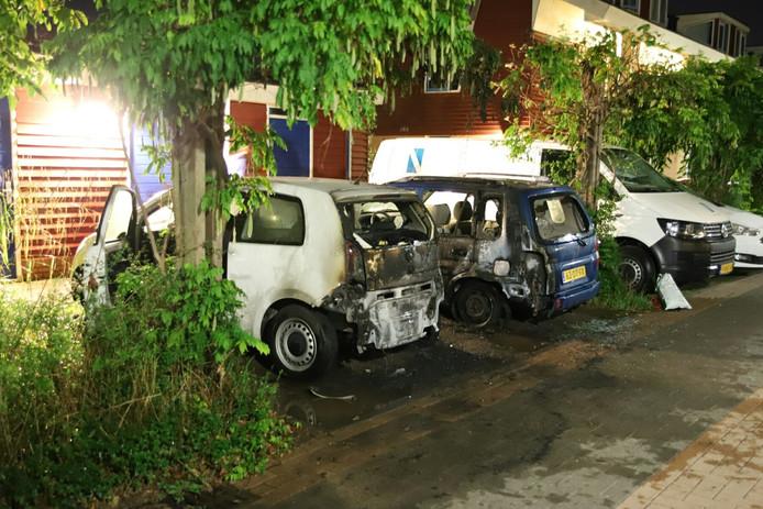De twee auto's met schade aan de achterkant.