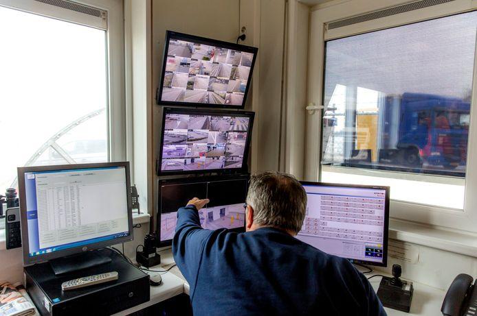 Steeds meer parkeerplaatsen voor truckers, zoals hier bij Hoek van Holland, worden bewaakt met camera's en warmtedetectie om te checken of illegalen in de vrachtwagen zijn geklommen.