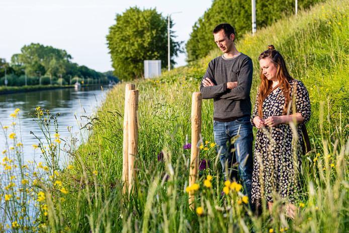 Melchior en Michaela aan de rand van het Aarkanaal, op de plek waar hun vader Nico vorig jaar overleed.