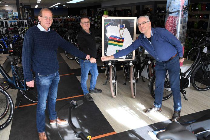 De stichting Erfgoed Diessen eert Henk Baars, een beetje een vergeten wereldkampioen Veldrijden, hier op de foto tussen de twee schrijvers van de stichting Erfgoed