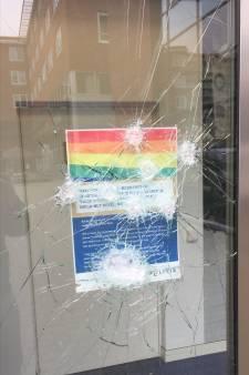 Ruit politiebureau vernield vanwege LHBTI-poster