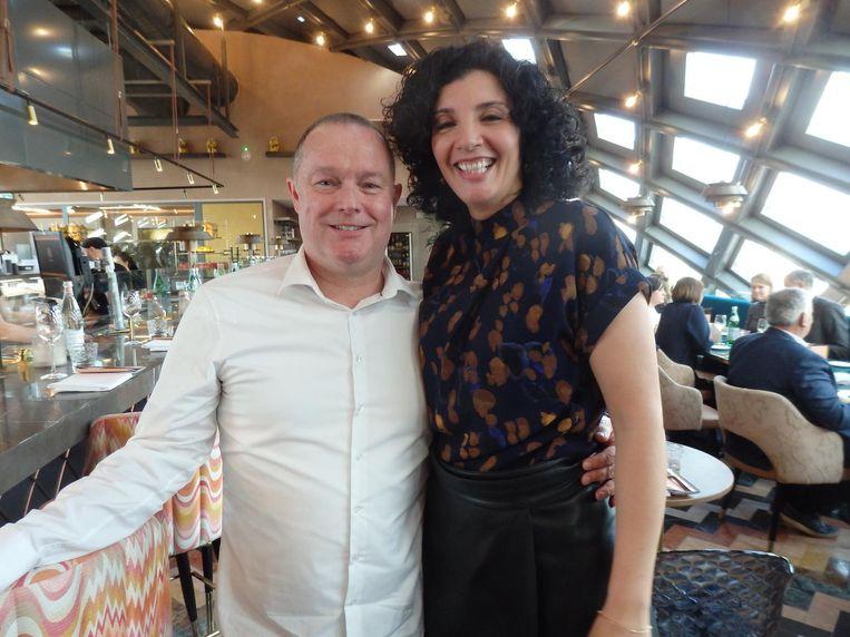 Michel Schoonheim (Fortaine Uitgevers) en Nadia Zerouali, winnaar van het Gouden Kookboek 2017 met Souq. Beeld Schuim