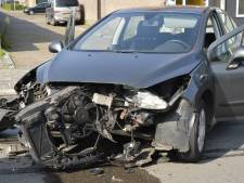 Veel schade bij botsing tussen twee auto's in Breda