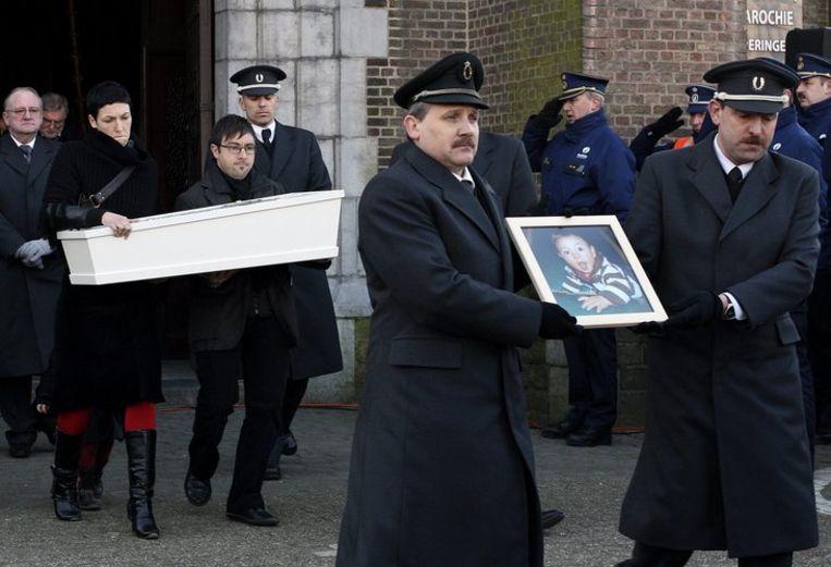 Een van de slachtoffertjes wordt door de ouders naar de begraafplaats gedragen. Foto AP/Geert Vanden Wijngaert Beeld