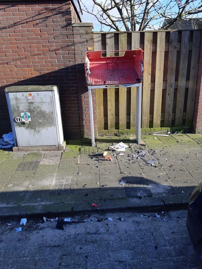Een brievenbus aan de Margrietlaan in Poeldijk is vrijdagmiddag volledig vernield.
