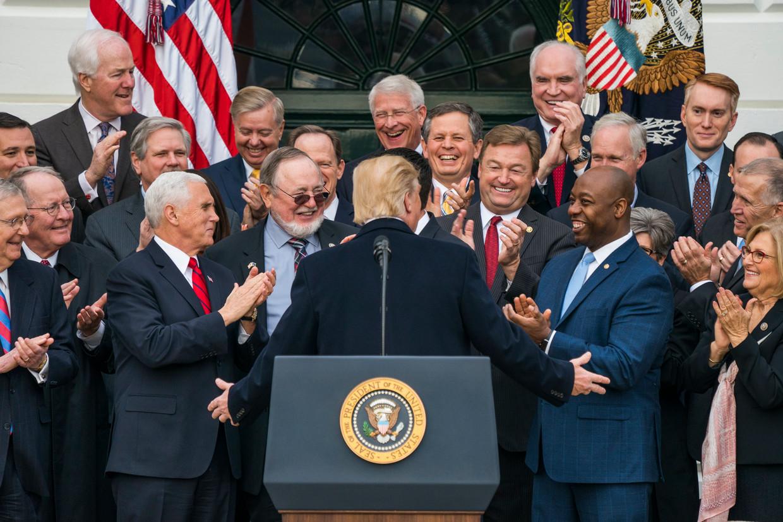 Republikeinse leden van het Congres en Huis van Afgevaardigden juichen president Trump toe.