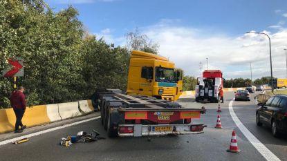 Vrachtwagen in schaar op A12 na ongeval