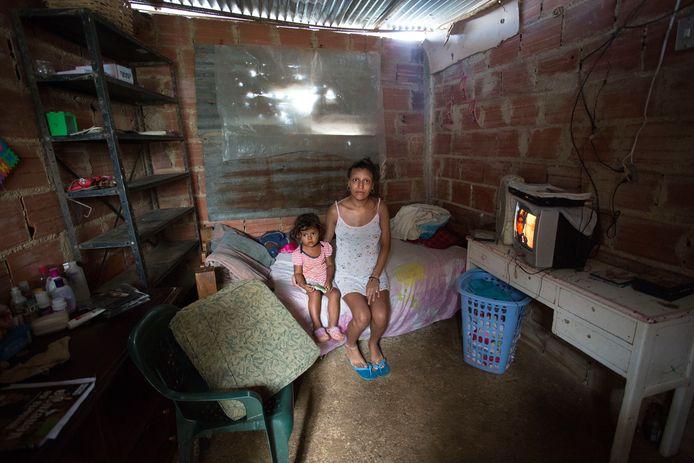 Imberlin (23 jaar) en haar 2-jarige dochtertje wonen in Mirador de la Lagunita. Deze buitenwijk van Caracas was altijd al een plek waar armere mensen woonden. Maar tot zo'n vijf jaar geleden was er stromend water. Mensen hadden altijd voldoende eten en medicijnen zoals pijnstillers. Voor veel van hen is het nu moeilijk om aan die levensbehoeften te komen.